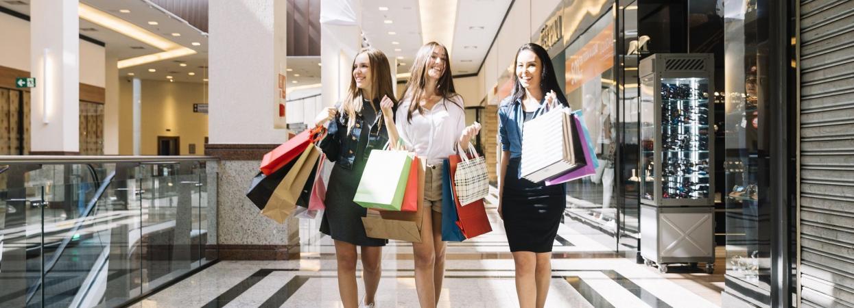 Подружки на шопінгу в торговельному центрі