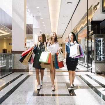 Подружки на шопинге в торговом центре