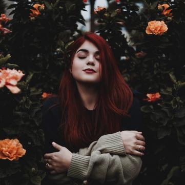 Дівчина серед квітів
