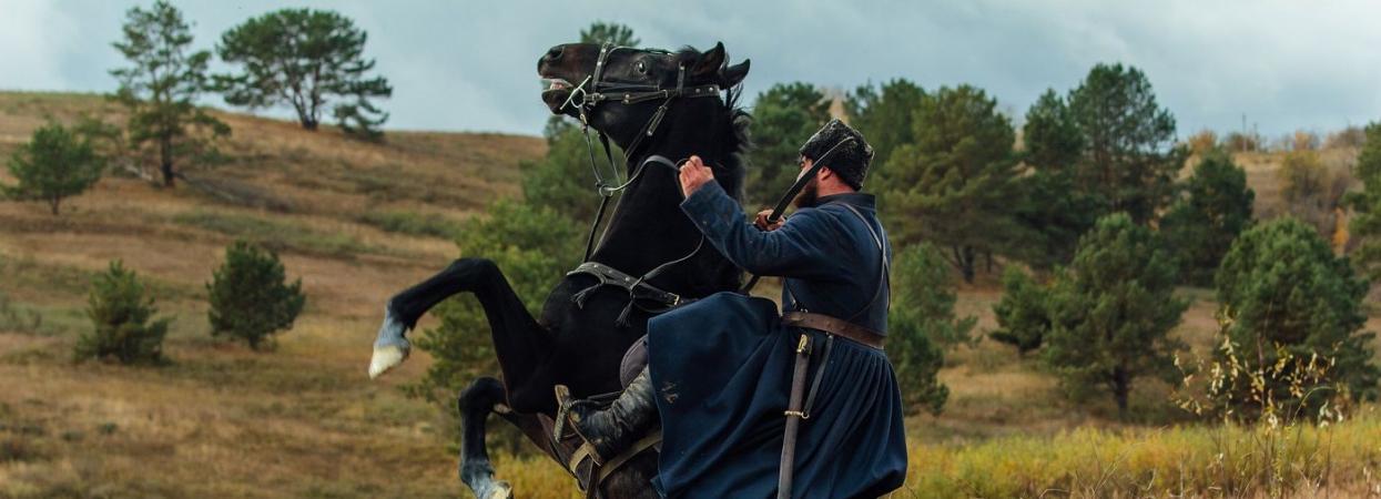 на фото бекстейдж со съемок фильма Чорный ворон