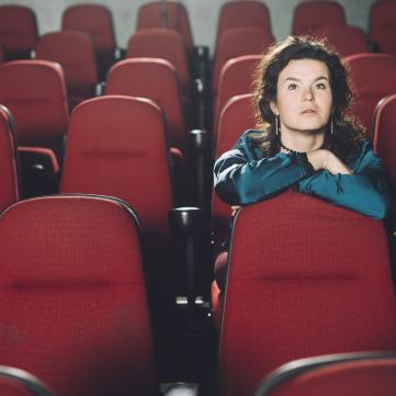 на фото дівчина у кінотеатрі