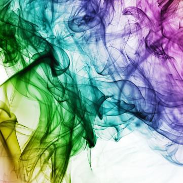 на фото кольоровий дим