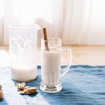 на фото молоко на столі