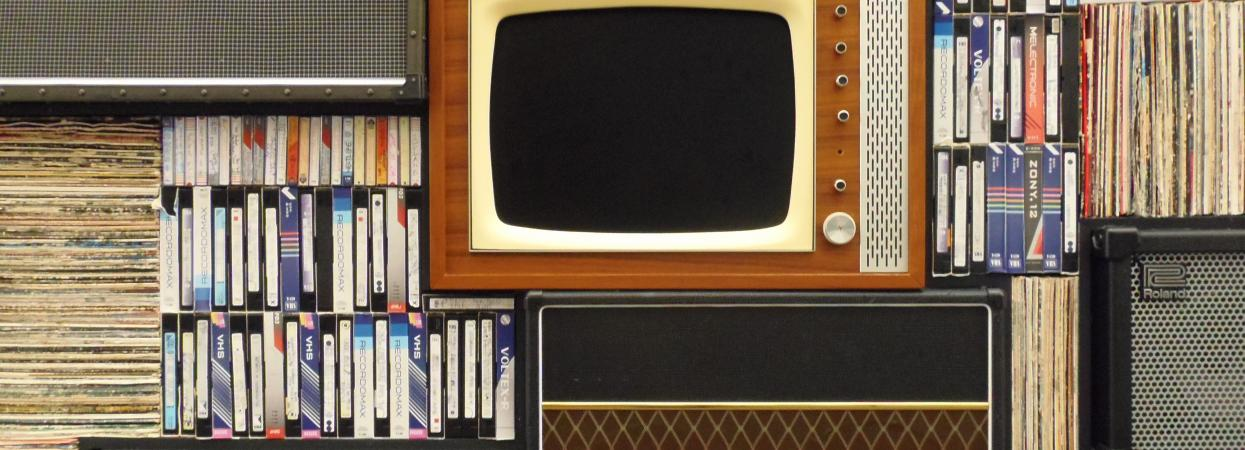 на фото винтажный телевизор