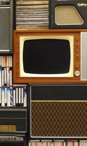 на фото вінтажний телевізор