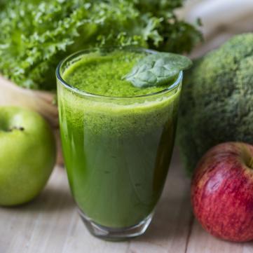 на фото яблука, капуста та зелений сік