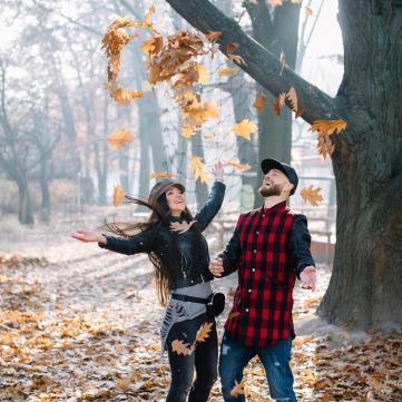 Щасливі разом: Яма з дружиною знялися в осінній фотосесії