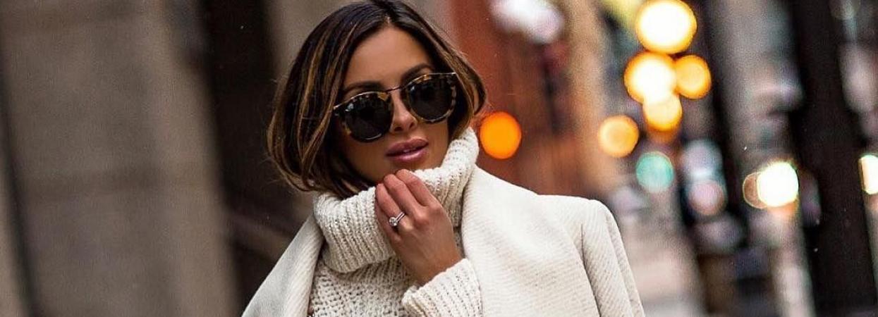 на фото женщина в пальто