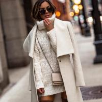 на фото жінка у пальті