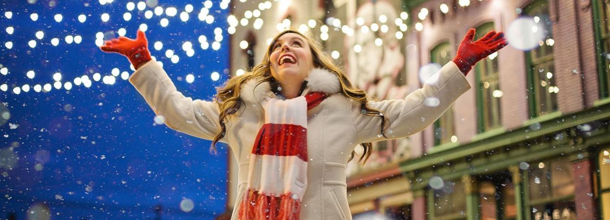на фото дівчина взимку