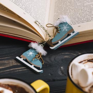 на фото книга і какао