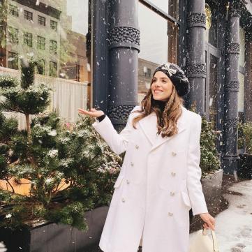 Девушка радуется снегу