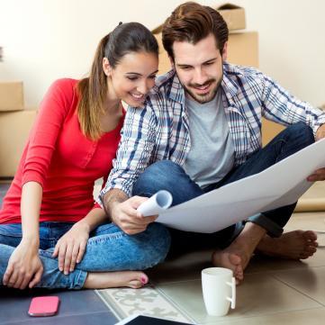 на фото чоловік і дружина дивляться на карту