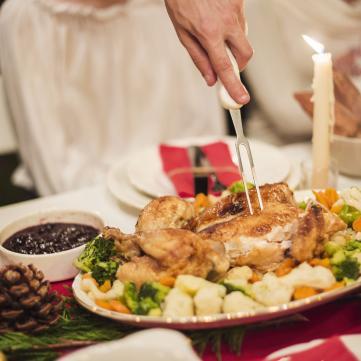 на фото утка ,  свечи, праздник, стол