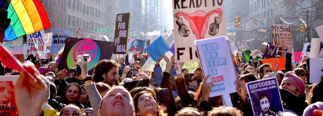 На фото митинг