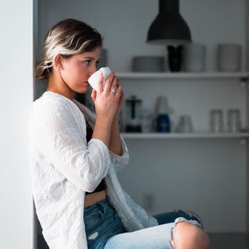 Жінка п'є каву