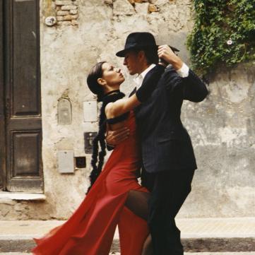 на фото пара танцює танго