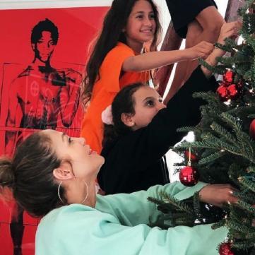 Джей Ло, Різ Візерспун та інші зірки показали, як готуються до Різдва