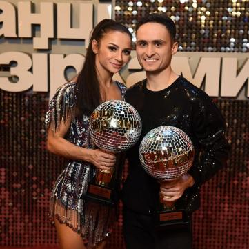 на фото переможці проекту Танці з зірками Ігор Ласточкін та Ілона Гвоздьова