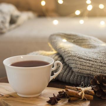 на фото чашка з чаєм