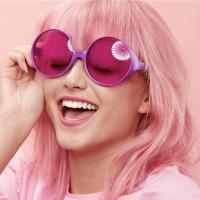 На фото дівчина з модним кольором волосся