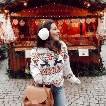 дівчина на зимовому ярмарку