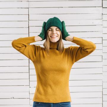на фото дівчина у шапці