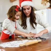 на фото мама з донькою готують на кухні