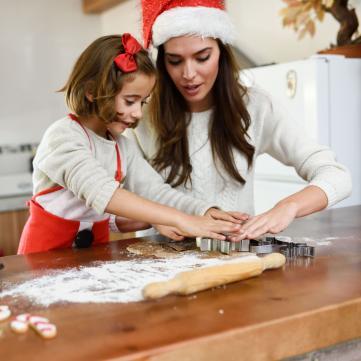 на фото мама с дочерью готовят на кухне