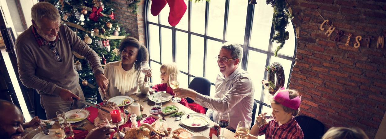 на фото сім'я за столом, святвечір