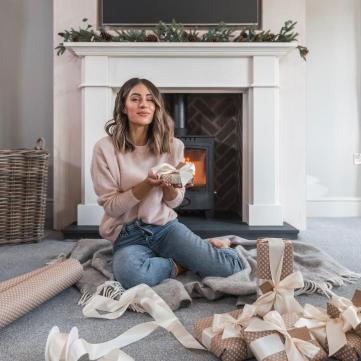 дівчина з новорічним подарунком