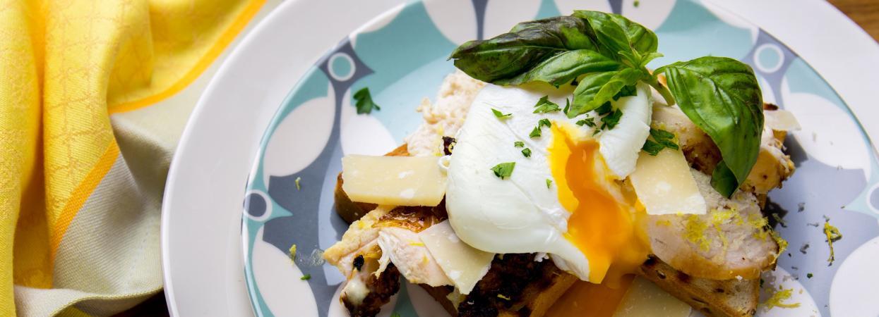 тости з яйцем пашот та куркою - рецепт Євгена Клопотенка