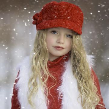 на фото дівчинка під снігом
