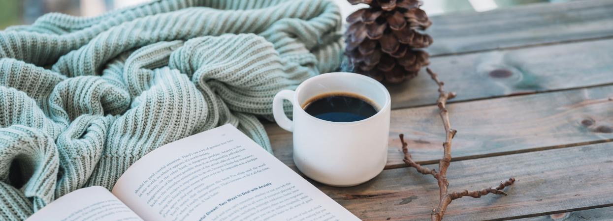 на фото книга и чай