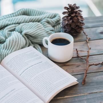 На фото книжка, чай