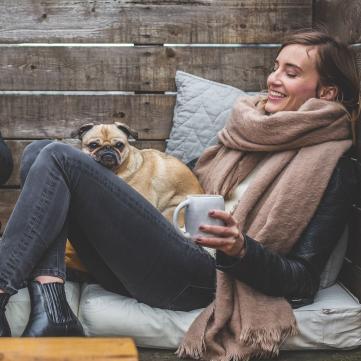 на фото хлопець і дівчина п'ють чай на свіжому повітрі