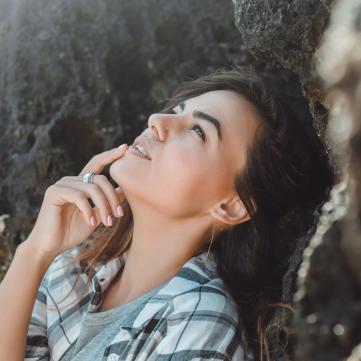 на фото дівчина дивиться у небо