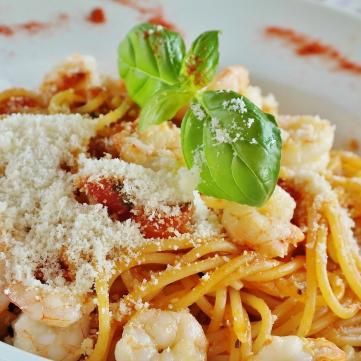 на фото паста, спагетти, карбонара
