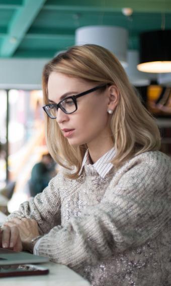 на фото дівчина в офісі