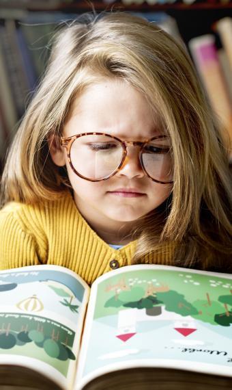 Дівчинка читає