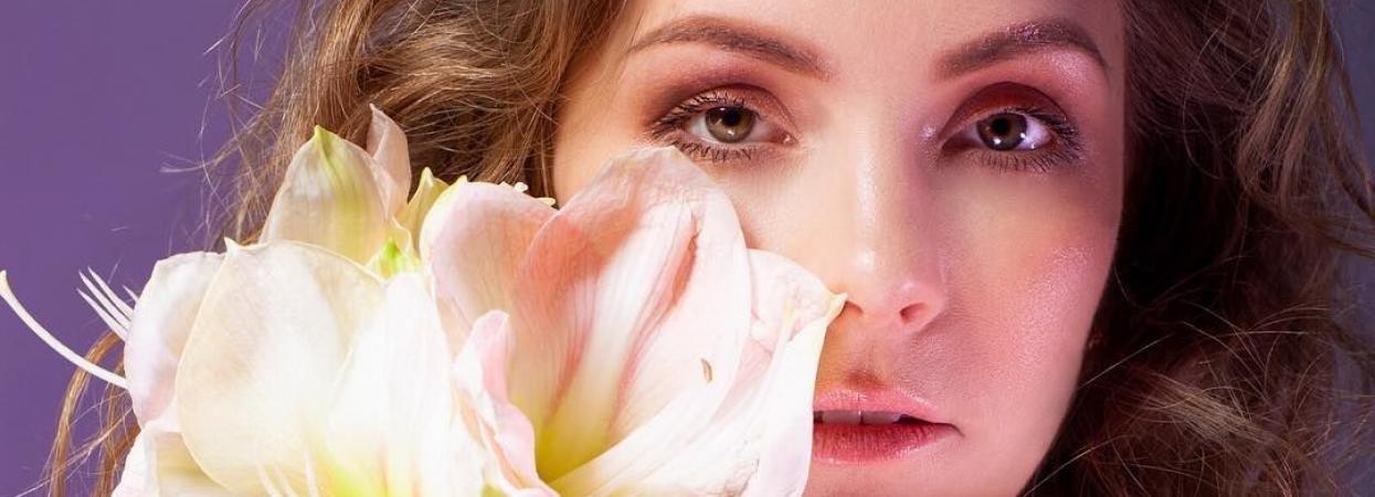 Олена Шоптенко з квіткою