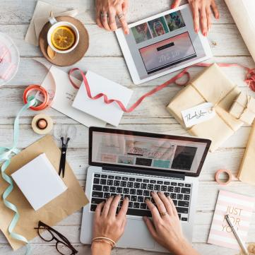 Ноутбук на столі, інтернет