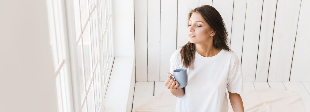 на фото дівчина п'є каву, цифра дня