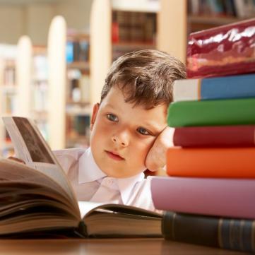 Хлопчик читає книгу