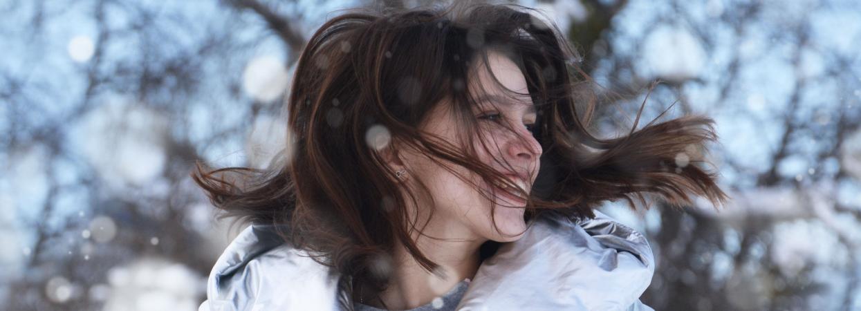 дівчина, зима, похмура погода, посмішка