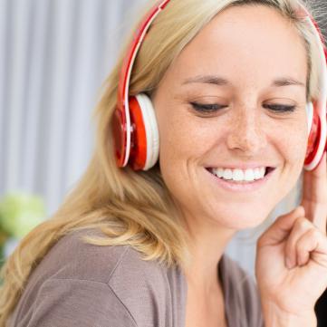 Жінка у навушниках