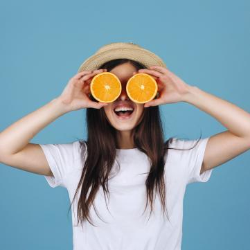 Дівчина, апельсини