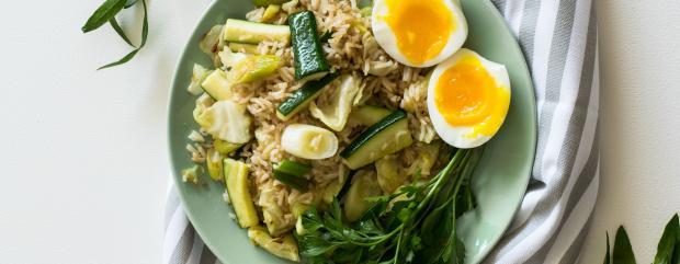 рис із зеленню, огірками та яйцями