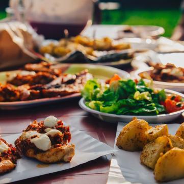 блюда на столе на улице