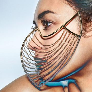 Дівчина майбутнього: Ольга Куриленко приміряла відверті футуристичні вбрання